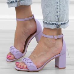 Fioletowe sandały na słupku...
