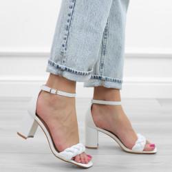 Białe sandały na słupku...