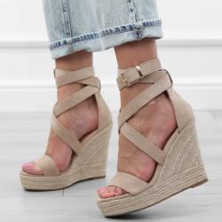 Beżowe sandały na koturnie...