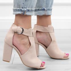 Beżowe sandały zamszowe na...