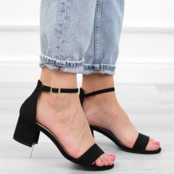 Czarne sandały na słupku...