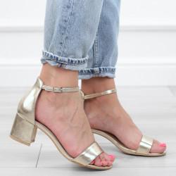 Złote sandały na słupku...
